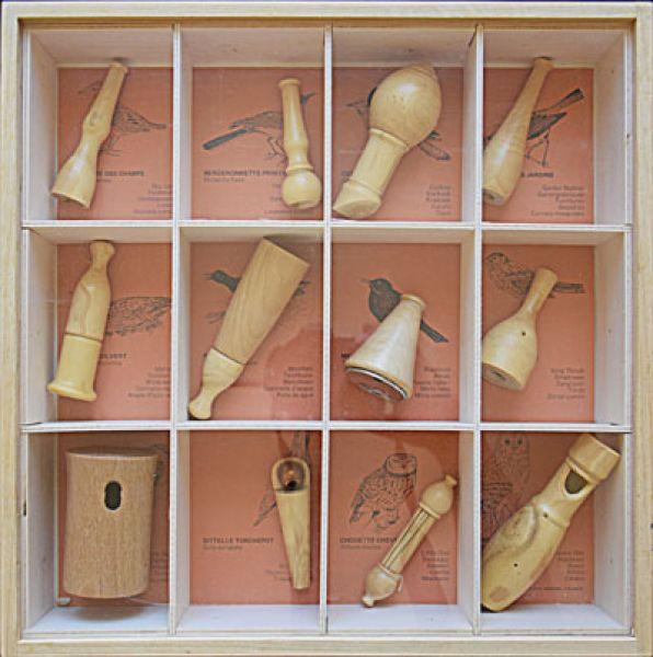 vogelpfeifen 12 sortiment mit vitrine vogel und naturschutzprodukte einfach online kaufen. Black Bedroom Furniture Sets. Home Design Ideas